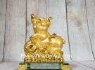 Vua heo vàng chân gác như ý  trên đống vàng đế thuỷ tinh LN035
