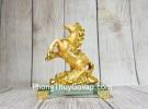 Vua ngựa vàng bóng lưng hồng ngọc trên núi đá vàng đế thuỷ tinh LN134