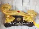 Gậy như ý vàng bóng khủng gắn hồng châu trên kim nguyên bảo tiền vàng đế gỗ – Vạn Sự Như Ý LN207