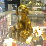 CHO DE THUONG D272 2 150x150 Tượng chó dễ thương trên đống tiền D272