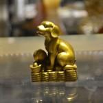 CHO LUN D272 1.jpg 150x150 Tượng chó dễ thương trên đống tiền D272