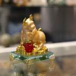 c115a trau vang om ngoc 1 150x150 Trâu vàng trên chậu vàng đế thủy tinh C115A