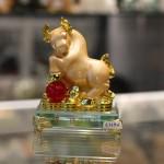 c115a trau vang om ngoc 150x150 Trâu vàng trên chậu vàng đế thủy tinh C115A