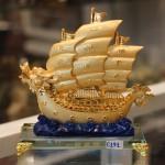 c191a thuyen buom rong de thuy tinh 150x150 Thuyền buồm rồng vàng trên sóng xanh C191A
