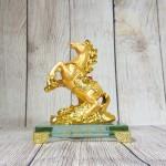 ln134 ngua vang nho 2.jpg 150x150 Vua ngựa vàng bóng lưng hồng ngọc trên núi đá vàng đế thuỷ tinh LN134